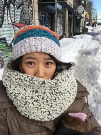 看看 Sherry,保暖之餘,還兼顧潮流感,喔齁齁,新買的 DKNY 圍巾派上用場囉!